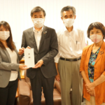 下呂市役所に災害義援金を届け、懇談をしました。 8月13日